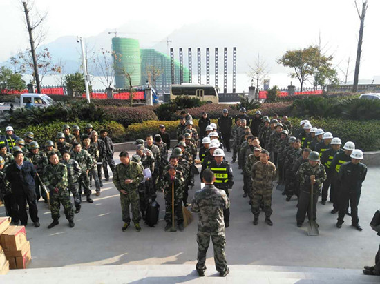 """镇长詹上峰在""""六乱""""集中大整治前誓师动员。"""