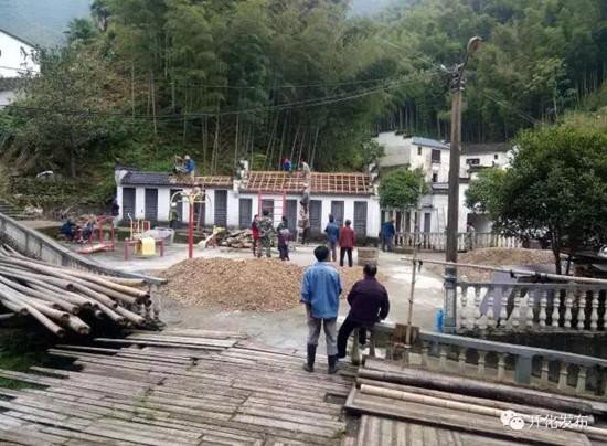 """6月7日上午,齐溪镇仁宗坑村里吹响了""""三改一拆""""的号角,二十多名工作人员正热火朝天地拆除公厕,总面积1300平方米。"""