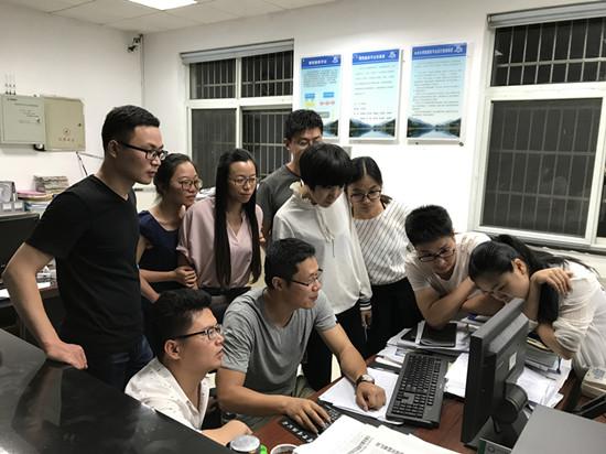 全乡年轻干部专心致志学习镇治标准。