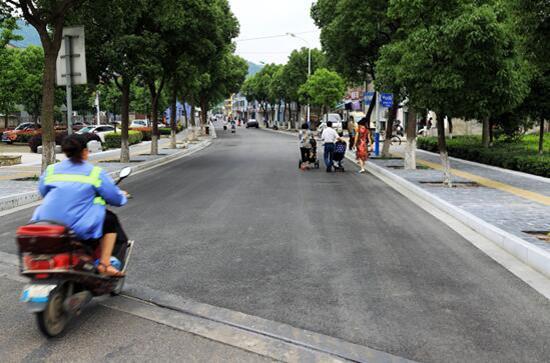 """安泰路和枫江路是本次小城镇环境综合整治工作白峰街道重点打造的以""""清雅安泰 枫江渔火""""为主题的商业步行街。"""