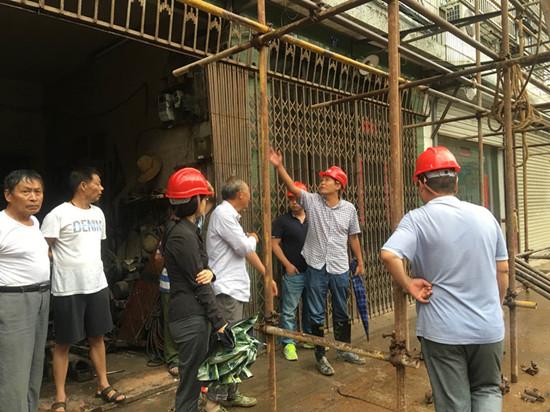 枫桥镇党委副书记柴锦在孝义路立面改造施工现场政策处理。