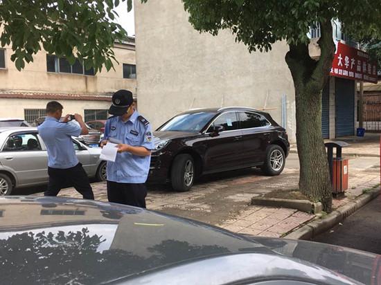 镇交管所对违停车辆贴单。