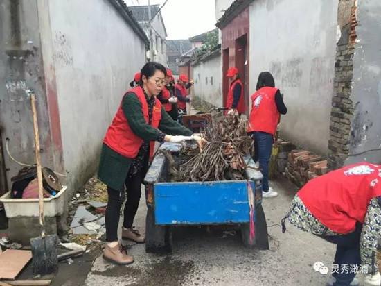 志愿者清理背街小巷。
