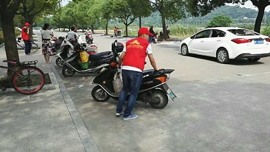 路段志愿者路面停车管理。