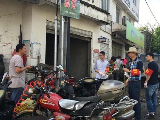 扫帚和铁锹,对镇区环境进行集中清理整治。