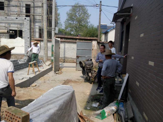 小城镇环境综合整治立面改造过程中过程中,莫干山镇干部上门进行政策处理。