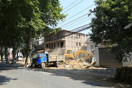 拆除沿路违章搭建物,让莫干山更美更整洁。