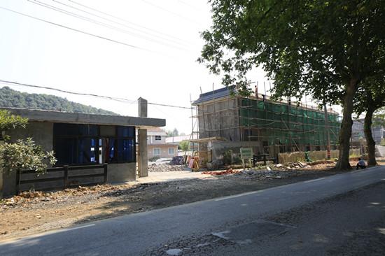 道路沿线的厂房改造,提升城镇面貌。