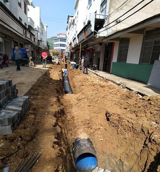 梅雨季抓住晴天加紧管道施工。
