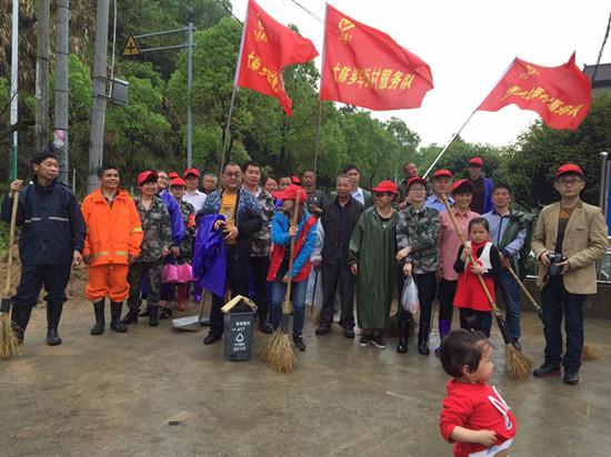 乡村党员志愿者助力环境整治。