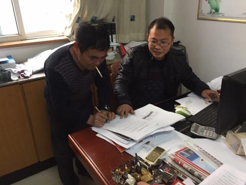 农户主动上门签字确认改造。