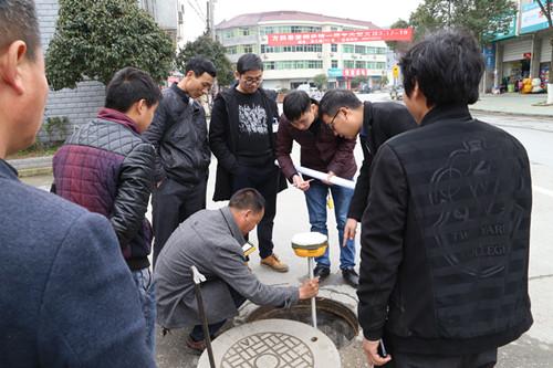 施工人员进行测量的同时,群众也提出意见建议。