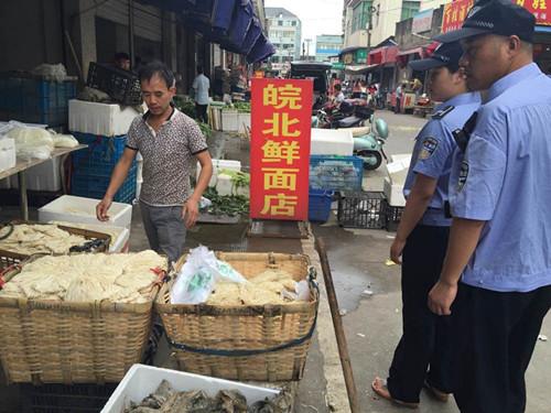 对中心农贸市场周边的无证设摊和越门、占道经营行为进行了专项治理。