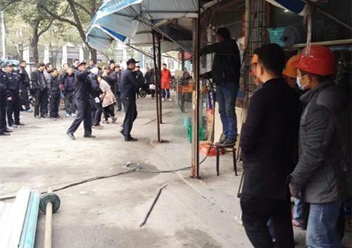 """3月16日上午,东钱湖行政执法局组织人员对莫枝北路沿线店铺私自搭建的涉及""""道乱占""""行为的建筑物进行了集中拆除。"""
