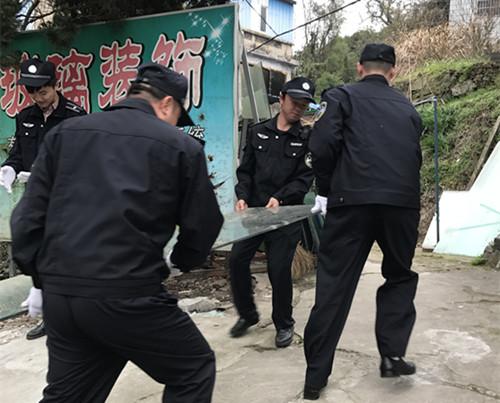 东钱湖行政执法局在小城镇整治行动中切实做好卫生死角的排查清理工作。