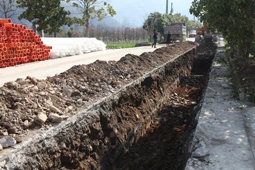 """大堰镇""""线乱拉""""整治工程(一期)文教路段管道铺设施工照片。"""