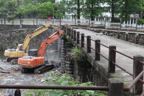 大堰镇小城镇环境综合整治项目《大溪路小流域两侧治理工程》的施工照片。