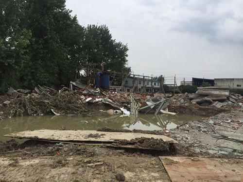 南路桥拓宽涉及东边阳光海绵企业厂房和西边天元钢结构厂房的拆除工作。