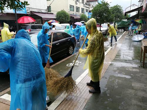芳村干部参加集镇大扫除。