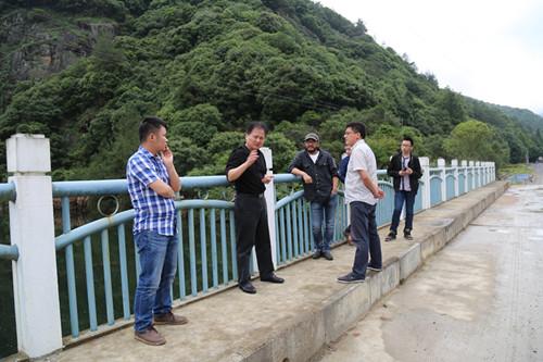 镇领导指导整治工作。