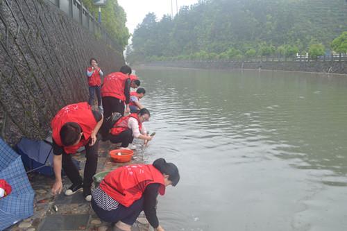 河小二团员青年小河放鱼苗。