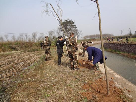 武警战士助力环境整治。
