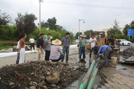 乡集镇入口景观节点改造五线下地工程,现场督查工程进度。