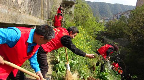 乐清市岭底乡夏林头村的党员义工们带动村里村民一起清理沿路河道垃圾和杂物。