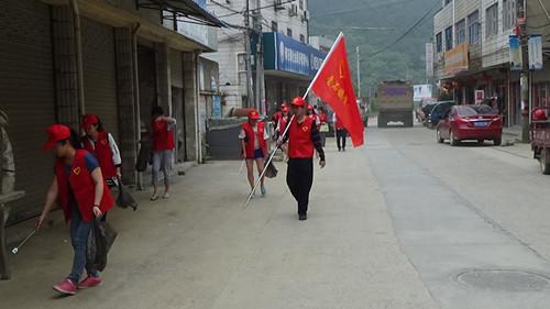 镇青年志愿者参与卫生整治。