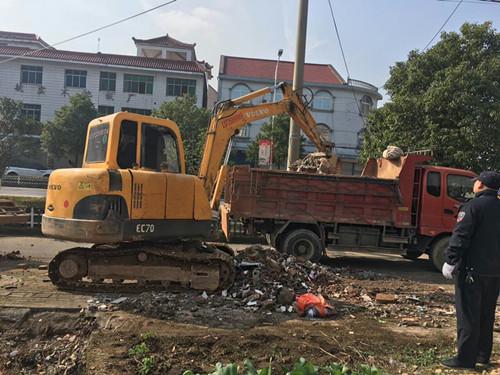 兴航路清理建筑垃圾中。