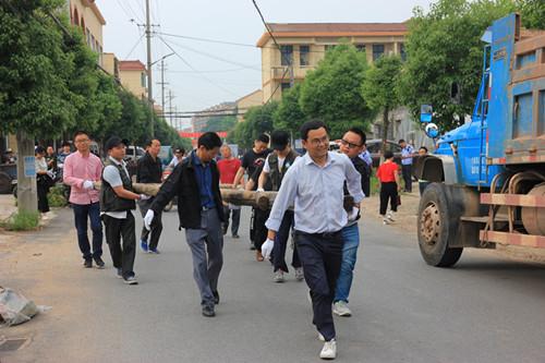 镇领导一线带头集镇整治。