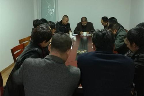 镇领导深夜开会商讨方案。