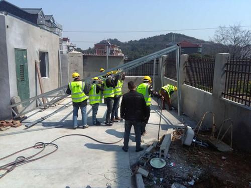施工人员正在现场进行线路施工。