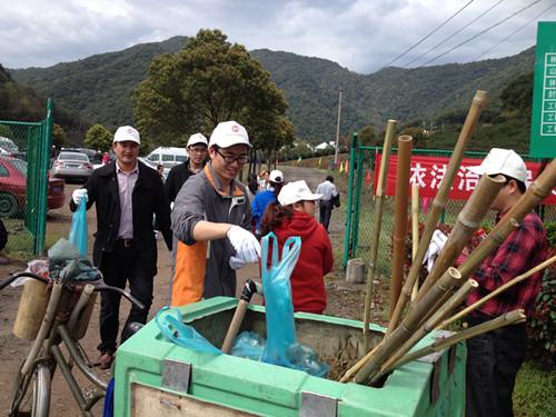 东吴镇党员志愿者在三溪浦水库参与五水共治环保活动。