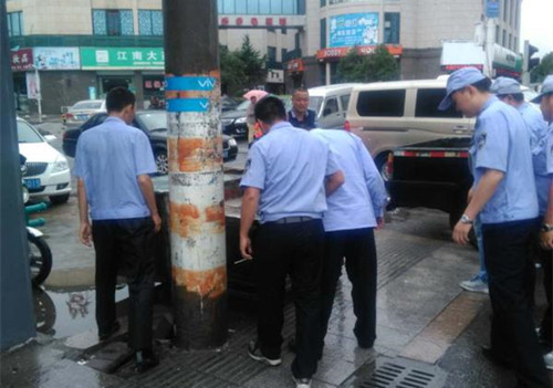 云龙镇启发广场城管对无证摊贩处理。