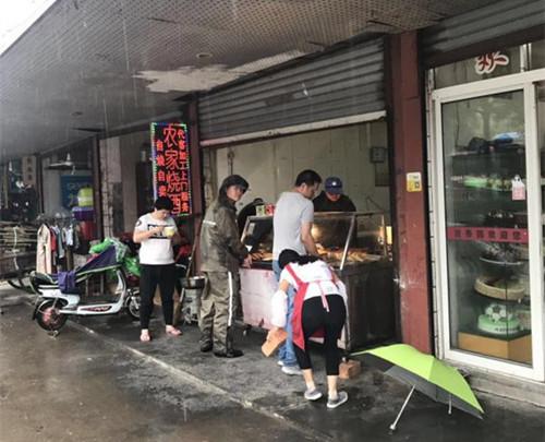 云龙镇荻江菜场城管对商铺占道经营处理。