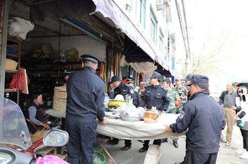 4月7日桑洲镇联合执法中队治理摊位乱摆现象。