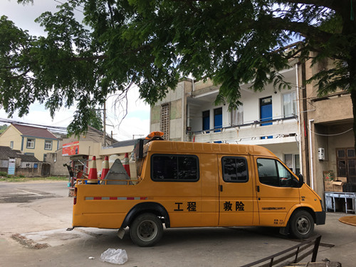 黄避岙乡平桥路临时公交车站乱搭建整治。