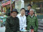在商丘古城参观的采访团的记者们